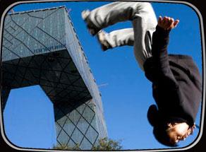 飞檐走壁自由穿越 跑酷极限运动风靡全球